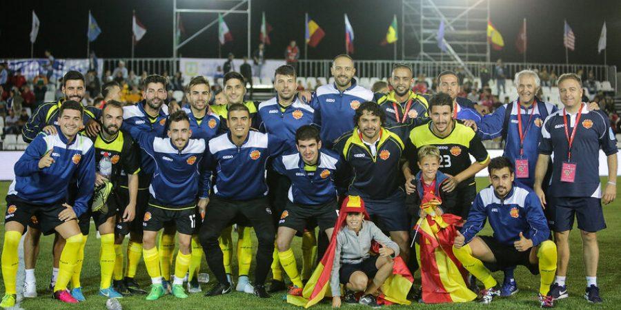 Španielsky tím oslavuje výhru po zápase